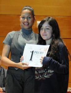 Valeria Rubilar Nuñez, de 4º de la ESO del IES MARE NOSTRUM recibiendo el premio.